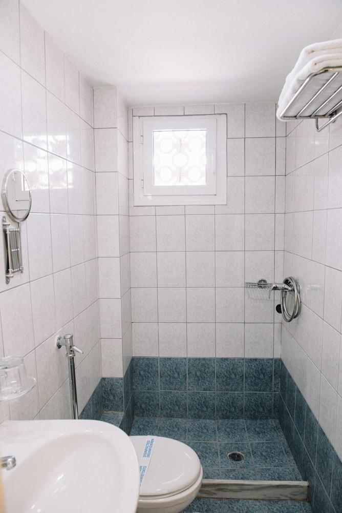 Pappas Hotel - Bathroom